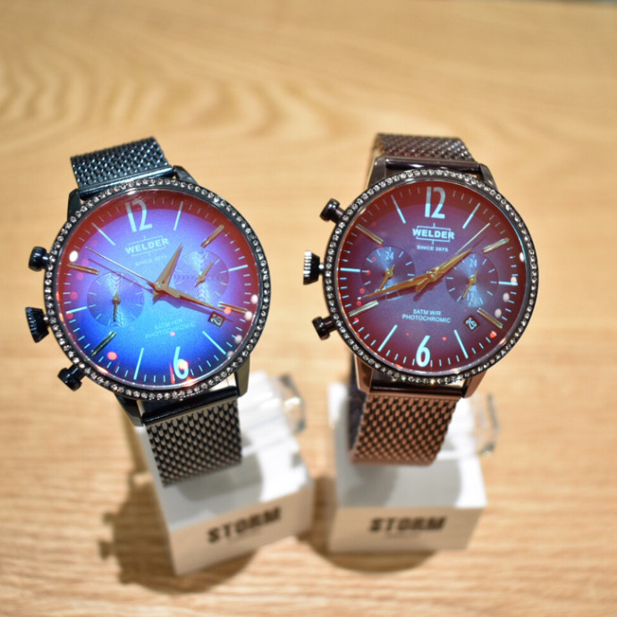 WELDER 角度で色が変わる時計