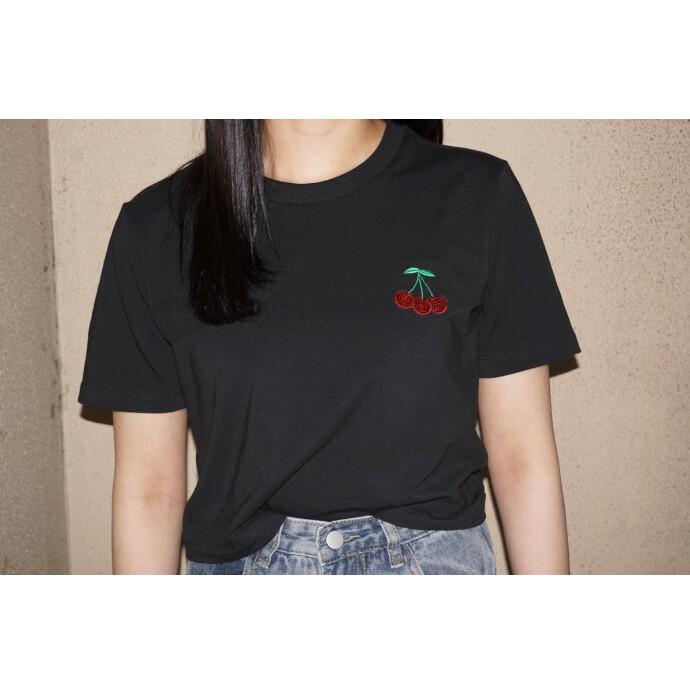 甘さと輝きを添えた、HER STUDIO LONDONとのコラボTシャツ。