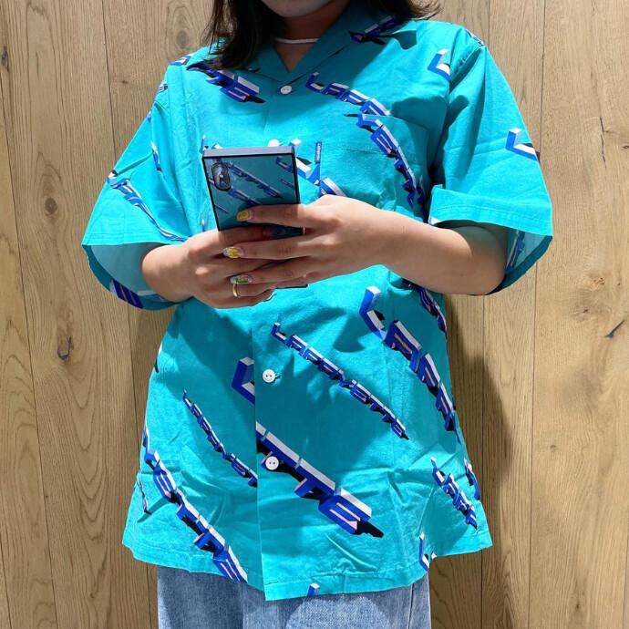 軽い生地感のコットン素材を使用し、レーヨンシャツとは違った雰囲気を演出する一品!!