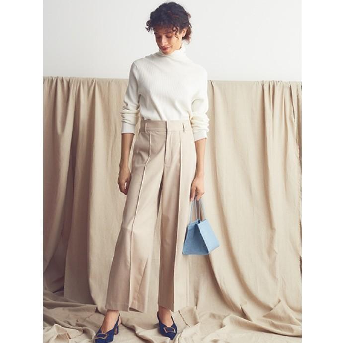 穿きやすさと美しいシルエットが魅力のワイドパンツ