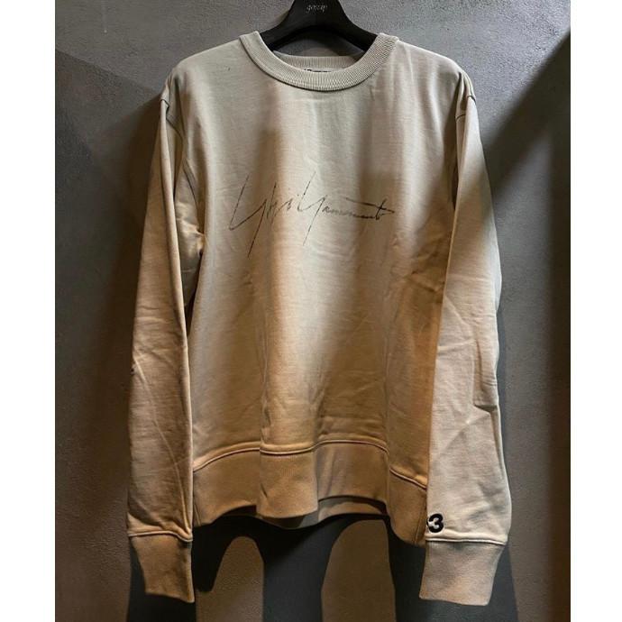 """"""" ビンテージファブリックTシャツ。ミニマリストの美学と胸を横切るYOHJI YAMAMOTOのシグネチャーグラフィックが特徴的 """""""
